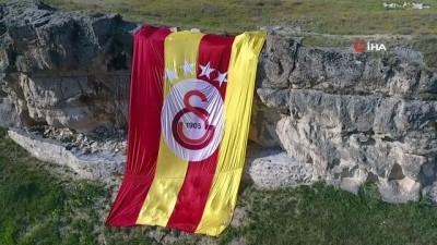 Dünyanın en lüks oteli Galatasaray'ın şampiyonluğunu dev bayrakla kutladı