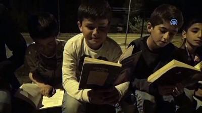 Muhtar, çocuklara kitap sevgisi aşılıyor - BİTLİS