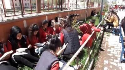 kutuphane -  Oruç tutan öğrenciler, yemek molalarında kitap okuyor