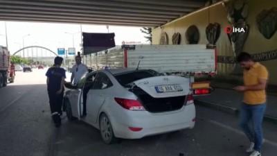 Otomobil yol kenarında park halindeki tıra çarptı: 3 yaralı