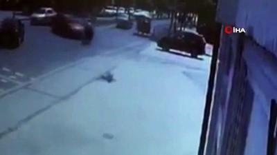 Yola kontrolsüz giren şahıs motosikletli sürücüye böyle çarptı