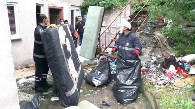 hastalik -  Kötü koku ihbarı için gittikleri evden 3 ton çöp çıkardılar