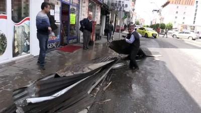 muhabir - Ağrı'da şiddetli fırtına çatıları uçurdu