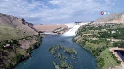 Baraj kapağı açıldı, araçlar, tesisler ve yollar göle döndü