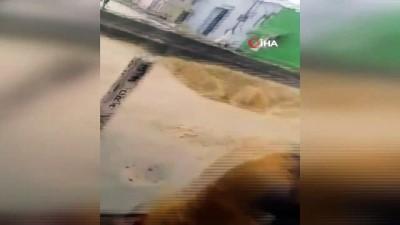 baglama -  - Sel Sularının Sürüklediği Minibüsü Yoldaki Delik Yuttu