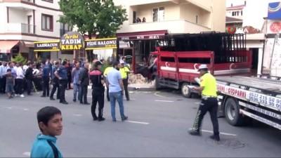 Sultanbeyli'de kamyon önce vatandaşları ezdi, sonra dükkana girdi... O anlar kamerada