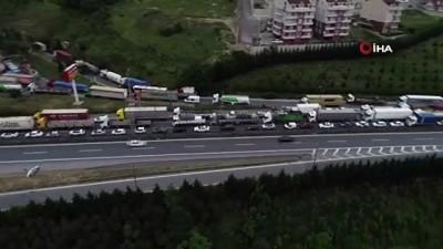 TEM Otoyolu'da tırla kamyon çarpıştı... Kaza sonrası oluşan 15 kilometre araç kuyruğu havadan görüntülendi