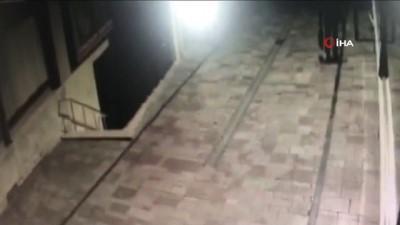 Gece bekçileri soyguncuyu arkasından kovalayarak yakaladı...O anlar kamerada