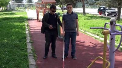 Görme engelli kuzeni için engellere sesli uyarı veren cihaz üretti