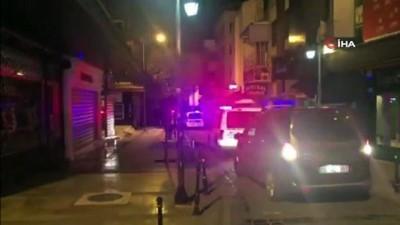 Kuyumcudan çaldığı altınları döke döke kaçan soyguncuyu gece bekçileri yakaladı Video