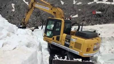 Antalya'nın 2 bin rakımlı yaylalarında karla mücadele