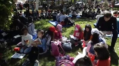 Güneşli havayı kitap okuyarak değerlendirdiler - ARDAHAN
