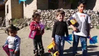 'Bir oyuncak da senden' sloganıyla mutluluk dağıtıyorlar