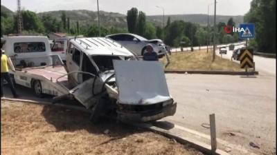 Otomobiller çarpıştı: 3'ü öğretmen 4 kişi yaralandı