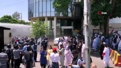 biber gazi -  - Pakistan'da Polis Ve Halk Partisi Çalışanları Arasında Arbede - Polis Göstericilere Biber Gazı Kullandı