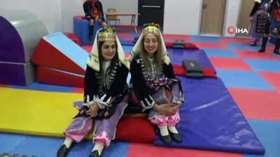 Halk oyunları eğitimi alan öğretmenler hünerlerini sergiledi