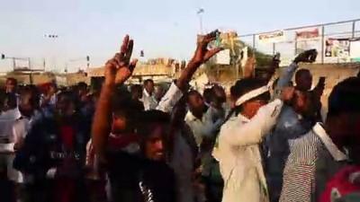 rejim karsiti - Sudan'da göstericiler orucunu meydanda açtı - HARTUM