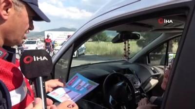 Jandarma ve polis bu kez çocukları trafikte görevlendirmek için durdurdu