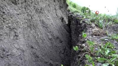 Ardahan'da heyelan paniği: Araziler yarıldı, evler tahliye edildi