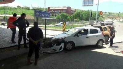ticari taksi -  Ticari taksi ile otomobil çarpıştı: 1 yaralı