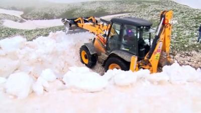 kar yagisi -  Karda mahsur kalan Yörükler belediye ekiplerince kurtarıldı