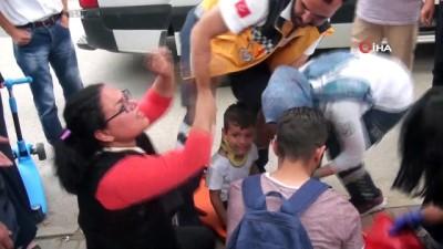 İranlı çocuğa posta dağıtım aracı çarptı