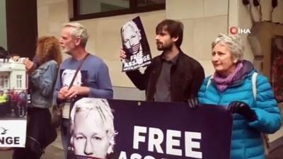 - Mahkeme Önünde Assange İçin Protesto