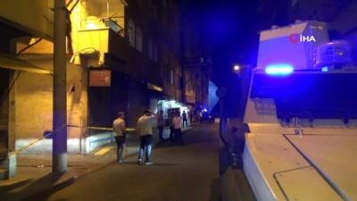 Seyir halindeki otomobile çapraz ateş açıldı: 2 yaralı