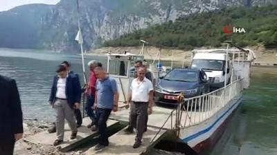 ogretmenler -  Kaymakam, karne dağıtmak için tekne ile baraj gölünü aştı