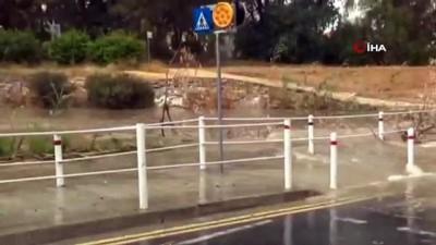 yagan -  - Kıbrıs'ta Yaz Yağmurları Araçları Devirdi