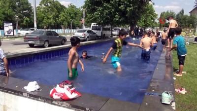 yuzme -  Sıcaklardan bunalan çocuklar süs havuzlarına koştu