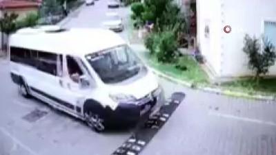 Servis şoförünün yavru kediyi ezme anları kamerada