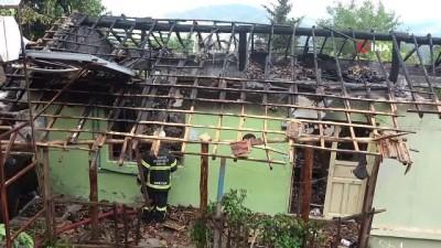 Hatay'da ev yangını...Alevlerin etkisiyle piknik tüpü patladı, ahşap ev küle döndü