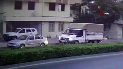 Süt aldığı aracın önünden karşıya geçmek isteyen çocuğa otomobil çarptı...Kaza anı kamerada