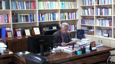 Emekli akademisyen 40 yıllık birikimini liseye bağışladı - BURSA