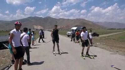Muş'ta tekerlekli kayak yarışması