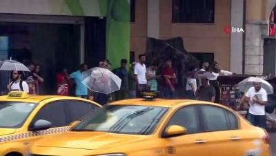 yagan -  Taksim'de vatandaşlar yağmura hazırlıksız yakalandı