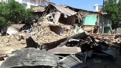 Elazığ'daki sel...2 ev yıkıldı, 1 ev hasar gördü, çok sayıda evi su bastı ve 12 araç zarar gördü