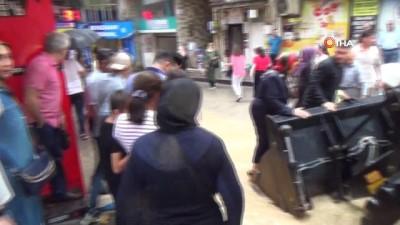 """Elazığ Valiliği: """"3 kişi kurtarıldı, 20 kişi otele yerleştirildi'"""