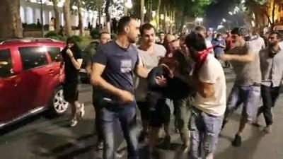 biber gazi - Gürcistan'da protestocular parlamentoyu kuşattı (2) - TİFLİS