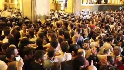 biber gazi - Gürcistan'da protestocular parlamentoyu kuşattı - TİFLİS