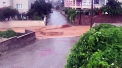 Nevşehir'in ilçelerini sel vurdu... Araçlarıyla selin ortasında kalan vatandaşlar o anları görüntüledi