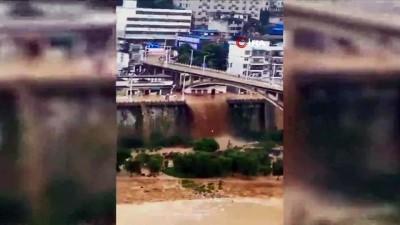 sel felaketi -  - Çin'de Sel Suları Araçları Sürükledi