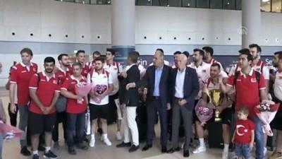 Şampiyon voleybolcular yurda döndü - İSTANBUL