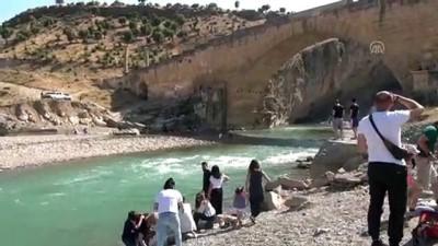 yuzme - Sıcak havadan bunalan turistler Kahta Çayı'nda serinledi - ADIYAMAN