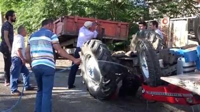 Ters devrilen traktörün üstünden atladı son anda kurtuldu