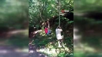 Arkadaşının tırmandığı ağaçtan düşerek yaralanmasını saniye saniye kaydetti