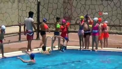 Sıcaktan bunalan gençler havuzlarda serinliyor