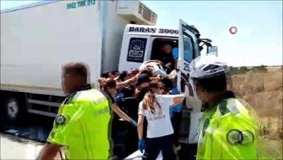 agir yarali -  Asfalt yüklü tır, kamyonla kafa kafaya çarpıştı: 2 ağır yaralı