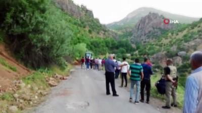 Siirt'te köy yolunda heyelan nedeniyle araçlar mahsur kaldı